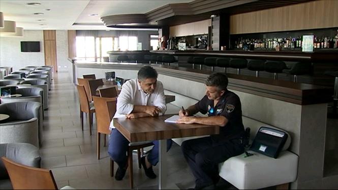 Un+agent+de+la+Policia+Local+fa+de+pont+entre+els+hotels+de+Platja+de+Palma+i+l%27Ajuntament