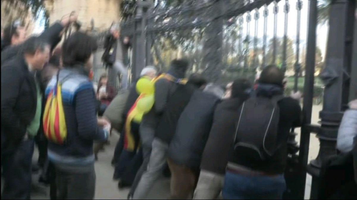 Manifestants+rompen+les+portes+del+Parc+de+la+Ciutadella+per+arribar+al+Parlament+catal%C3%A0