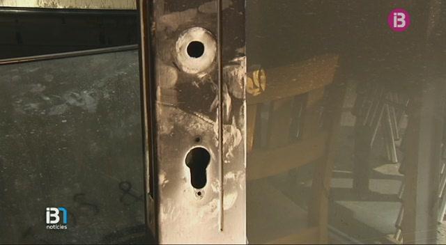 Els+bombers+d%27Eivissa+han+hagut+d%27intervenir+en+un+incendi+que+s%27ha+declarat+avui+de+matinada+en+un+bar+de+Vila