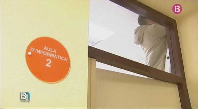 Cau+el+fals+sostre+d%27un+aula+de+l%27institut+Joan+Ramis+de+Ma%C3%B3