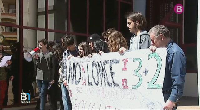 Estudiants+protesten+a+Palma+contra+la+LOMQE+i+el+decret+3+%2B+2+al+centre+de+Palma