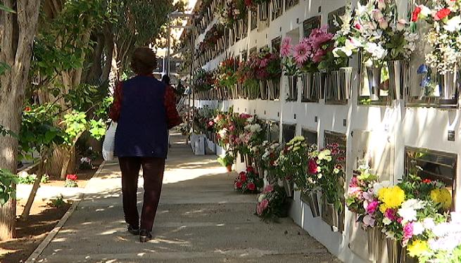 Milers+de+persones+s%27atraquen+als+cementiris+d%27Eivissa+el+dia+de+Tots+Sants