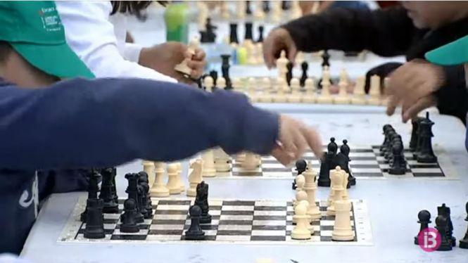 La+diversi%C3%B3%2C+la+concentraci%C3%B3+i+l%27estrat%C3%A8gia+entren+a+les+escoles+a+trav%C3%A9s+dels+escacs