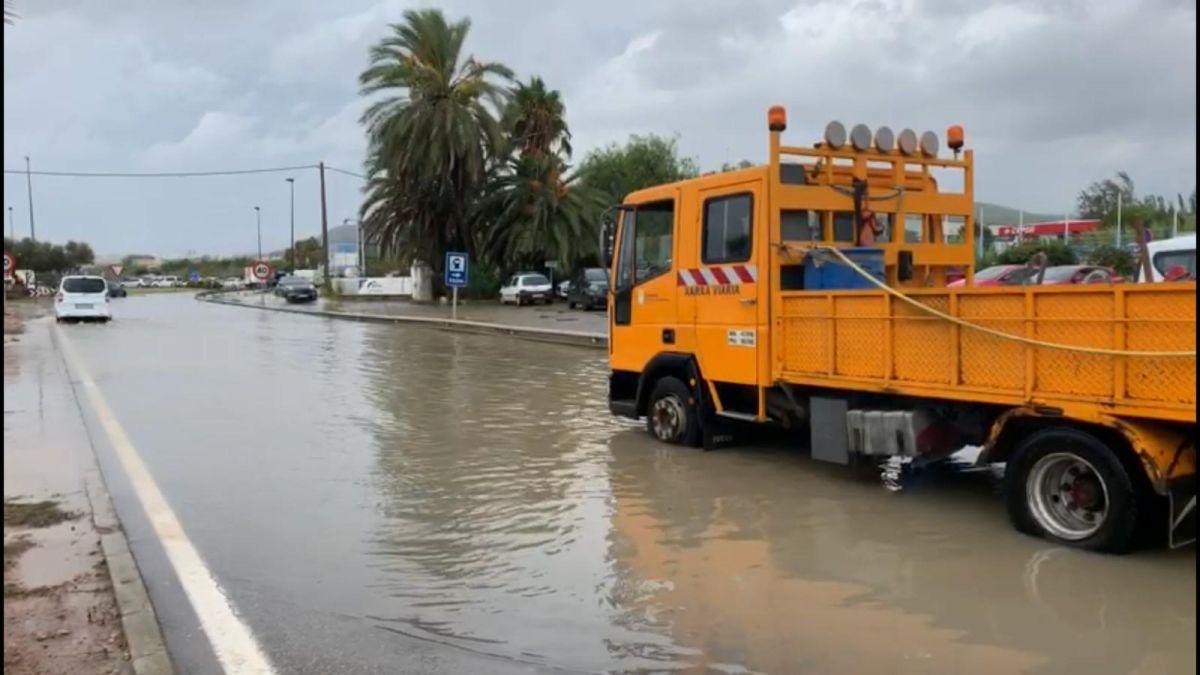 Incid%C3%A8ncies+a+Eivissa+i+Formentera%2C+en+av%C3%ADs+taronja%3A+esllavissaments%2C+inundacions+i+talls+de+tr%C3%A0nsit
