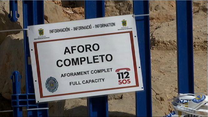Dos+auxiliars+de+vigil%C3%A0ncia+refor%C3%A7aran+el+control+de+capacitat+de+les+platges+de+Sant+Antoni