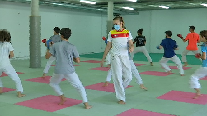 Lli%C3%A7ons+de+karate+amb+Cristina+Feo+al+poliesportiu+de+Can+Coix