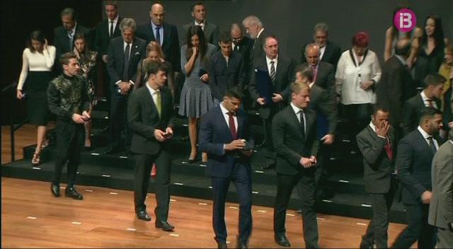 Mario+Mola+i+Marcus+Cooper+Walz+reben+les+medalles+del+Reial+Orde+del+M%C3%A8rit+Esportiu