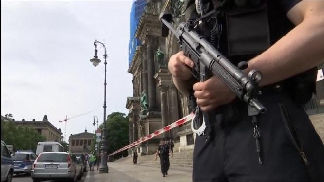 Un+policia+i+un+home+han+resultat+ferits+en+un+tiroteig+en+la+Catedral+de+Berl%C3%ADn