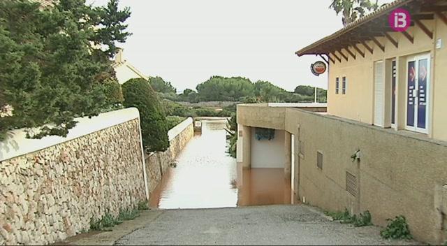 L%27aiguat+enfonsa+tres+barques+a+Cala+en+Bosc+i+inunda+2+trams+dels+accessos+a+les+platges