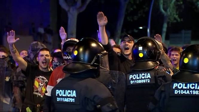 Tensi%C3%B3+entre+independentistes+i+unionistes+en+coincidir+dues+manifestacions+a+Barcelona