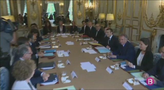 Macron+exigeix+als+seus+ministres+que+donin+suport+a+la+majoria+presidencials+a+les+parlament%C3%A0ries