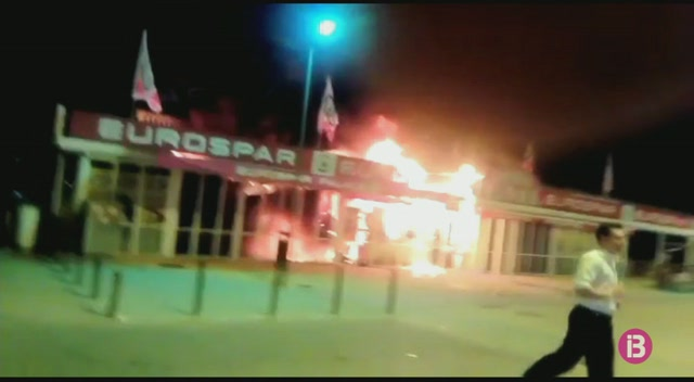 Un+incendi+crema+per+complet+un+supermercat+de+Platja+de+Muro