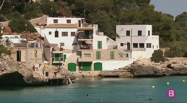 Un+home+mor+a+la+platja+de+Cala+Santany%C3%AD