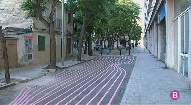 Nova+senyalitzaci%C3%B3+amb+ratlles+roses+al+carrer+Borguny+de+Palma