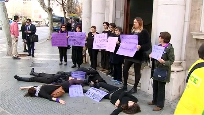 Feministes+protesten+contra+la+%22viol%C3%A8ncia+judicial+patriarcal%22