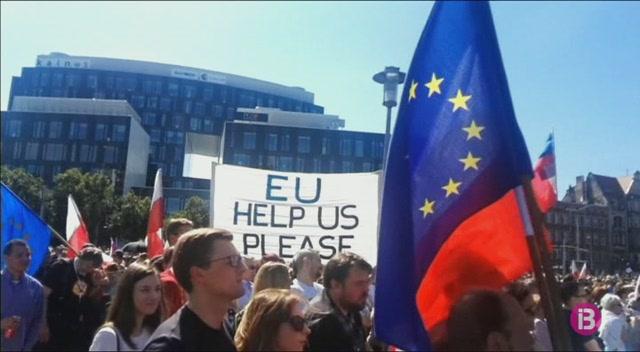 Els+polonesos+surten+al+carrer+per+protestar+contra+el+seu+Govern