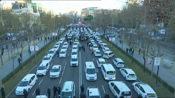 Els+taxistes+madrilenys+mant%C3%A8nen+les+protestes+despr%C3%A9s+de+tallar+la+Castellana+i+manifestar-se+a+la+seu+del+PP