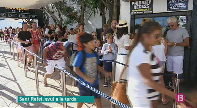 Paris+Hilton+participa+a+una+festa+en+benefici+d%27Apneef