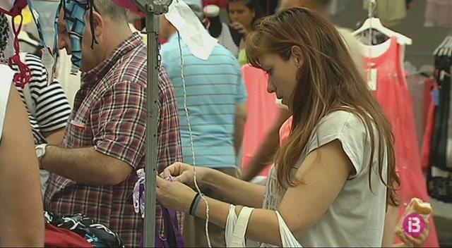 Confiscats+700+productes+falsificats+en+cinc+parades+del+mercat+de+Manacor
