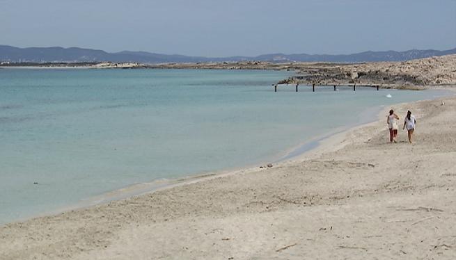 La+Gu%C3%A0rdia+Civil+recorre+les+platges+de+Formentera+per+informar+que+est%C3%A0+prohibit+el+bany