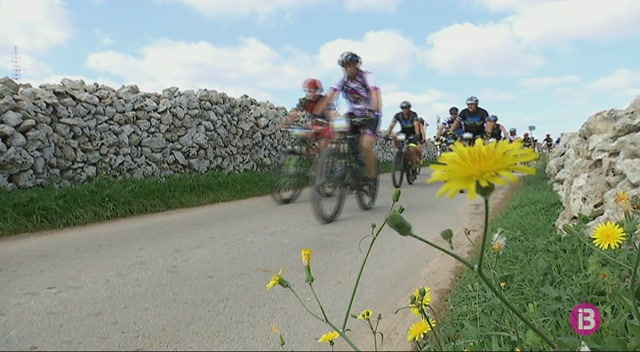 570+ciclistes+disfruten+de+la+Volta+a+Menorca+en+BTT