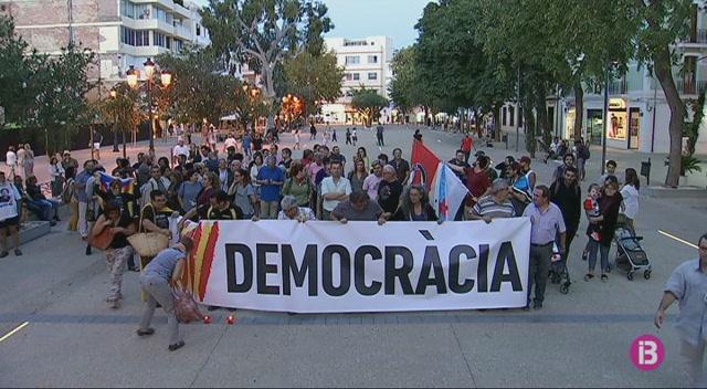 Desenes+de+persones+protesten+a+Eivissa+contra+l%27empresonament+de+Cuixart+i+S%C3%A1nchez