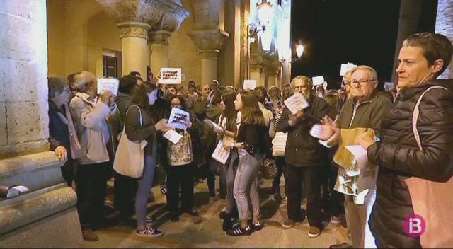 Unes+350+persones+es+manifesten+a+Ciutadella+per+l%27empresonament+dels+exconsellers+catalans
