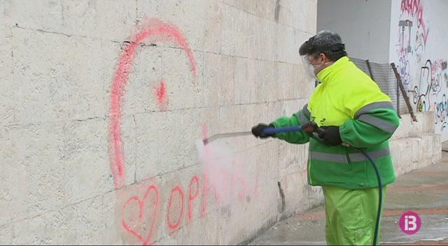 Ma%C3%B3+cerca+els+autors+dels+grafits+que+han+costat+22.000+euros+als+contribuents