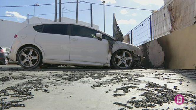 Un+incendi+calcina+dos+vehicles+estacionats+a+un+aparcament+a+Sant+Antoni+de+Portmany