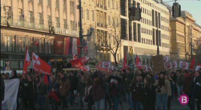 Conservadors+i+ultradretans+segellen+el+nou+govern+d%26apos%3B%C3%80ustria+amb+protestes+al+carrer