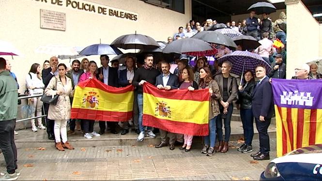 Prop+de+200+persones+es+concentren+a+Palma+per+mostrar+el+seu+suport+als+policies+desplegats+a+Catalunya