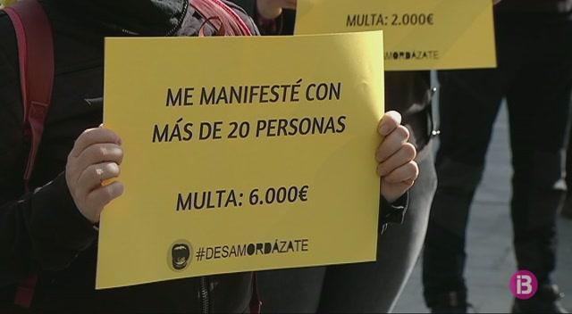 Greenpeace+i+Aministia+Internacional+es+manifesten+contra+la+Llei+Mordassa