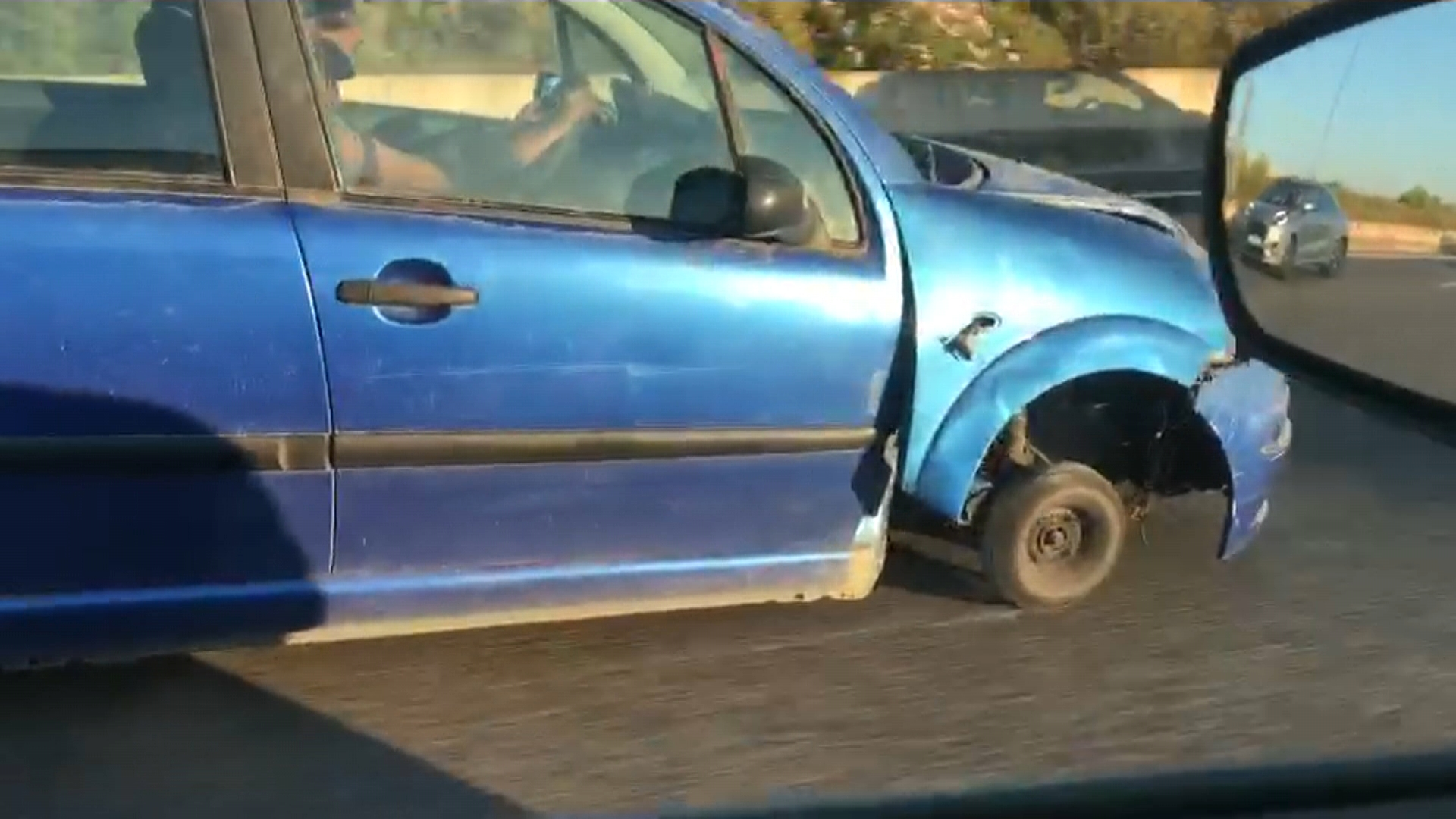 Un+cotxe+circula+sense+una+roda+per+l%26apos%3Bautopista+d%26apos%3BInca