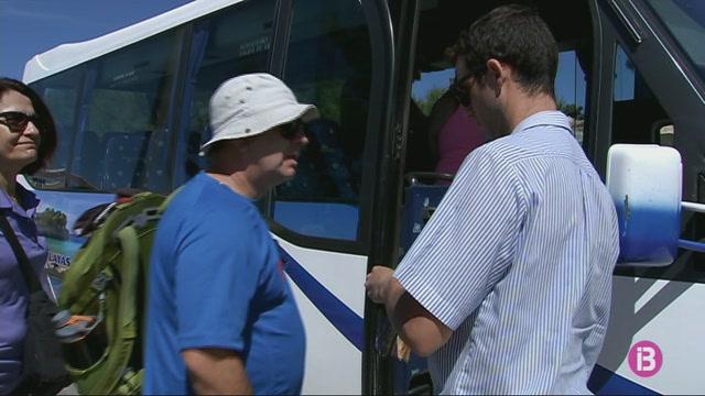 Comencen+a+operar+les+11+l%C3%ADnies+de+bus+a+les+platges+de+Menorca