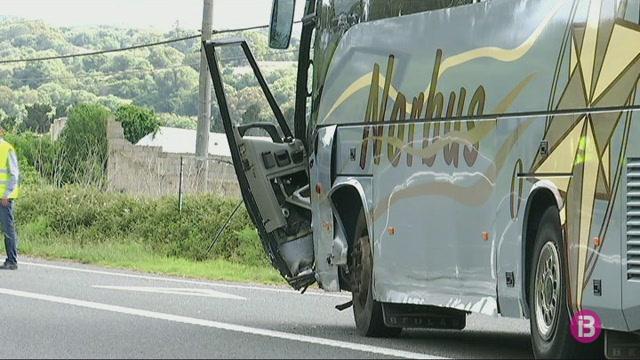 Milloren+els+tres+ferits+del+xoc+entre+un+turisme+i+un+autocar+escolar+a+Menorca
