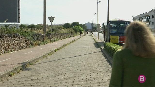 L%27aparcament+per+agafar+el+bus+a+Macarella%2C+tan+allunyat+que+desagrada+els+ve%C3%AFns