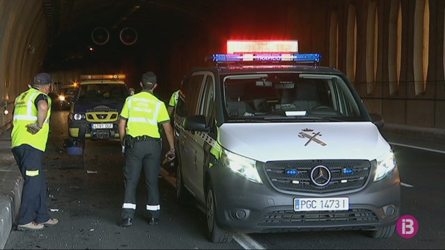 Dos+vehicles+col%C2%B7lideixen+al+t%C3%BAnel+de+Sant+Rafel
