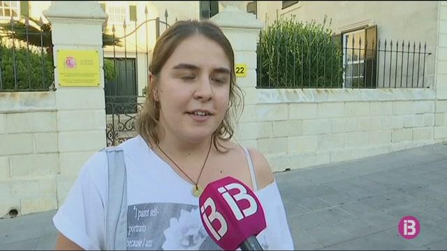 Devers+40+persones+es+concentren+a+Menorca+per+protestar+contra+la+sent%C3%A8ncia+de+Juana+Rivas