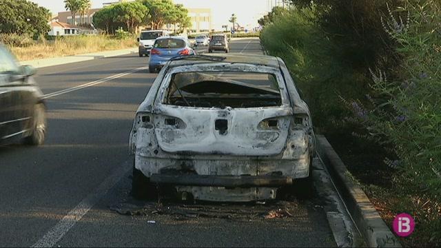 Un+cotxe+es+crema+a+la+carretera+que+uneix+Ma%C3%B3+amb+Sant+Llu%C3%ADs