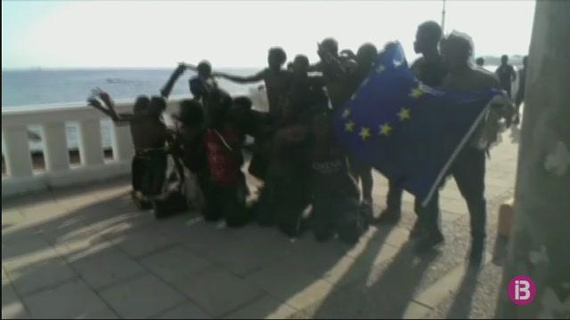 Un+centenar+d%27inmigrants+boten+la+tanca+de+Ceuta