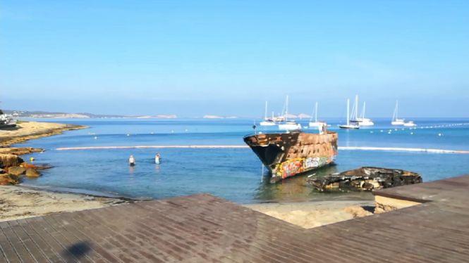 Els+turistes+ignoren+la+prohibici%C3%B3+de+banyar-se+al+costat+dels+vaixells+cremats+de+Cal%C3%B3+des+Moro