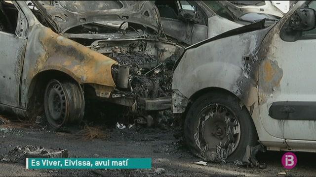 Es+desconeixen+les+causes+dels+sis+cotxes+calcinats+al+barri+d%27Es+Viver