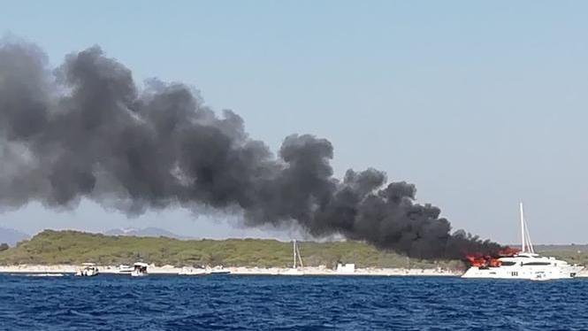 15+persones%2C+rescatades+d%27un+iot+en+flames+a+la+platja+des+Trenc