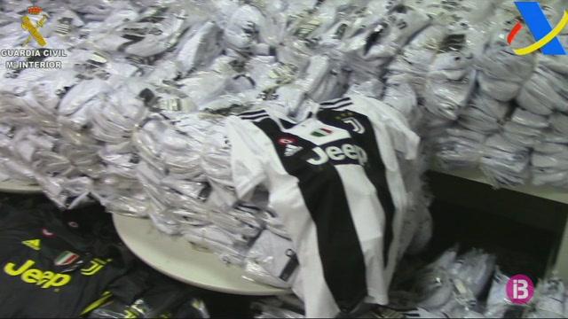 Intercepten+gaireb%C3%A9+8.000+peces+de+roba+de+futbol+falsificada+a+Son+Sant+Joan