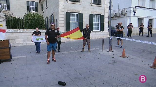 200+persones+es+manifesten+a+Menorca+contra+la+intervenci%C3%B3+policial+de+l%271-O