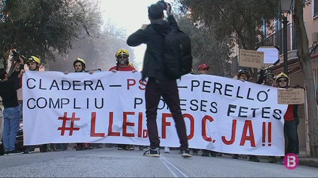 Els+bombers+exigeixen+una+llei+del+foc+i+demanen+la+dimissi%C3%B3+de+la+consellera+Cladera