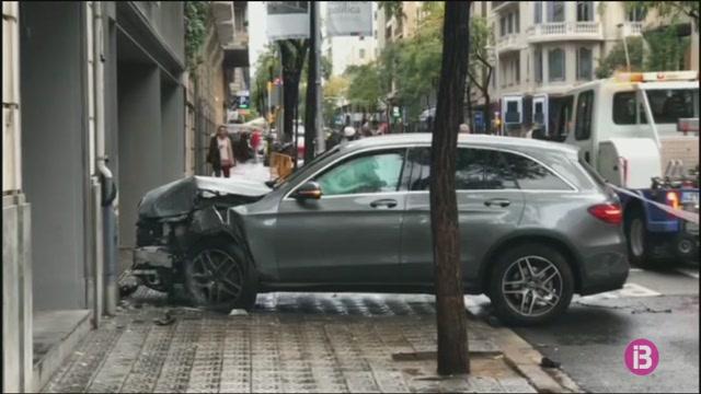 Un+conductor+perd+el+control+del+seu+cotxe%2C+envaeix+la+vorera+i+deixa+quatre+ferits+a+Barcelona