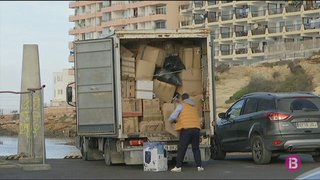 M%C3%A9s+de+12.000+sabates+donades+a+Eivissa+arribaran+a+Lesbos+aquesta+setmana