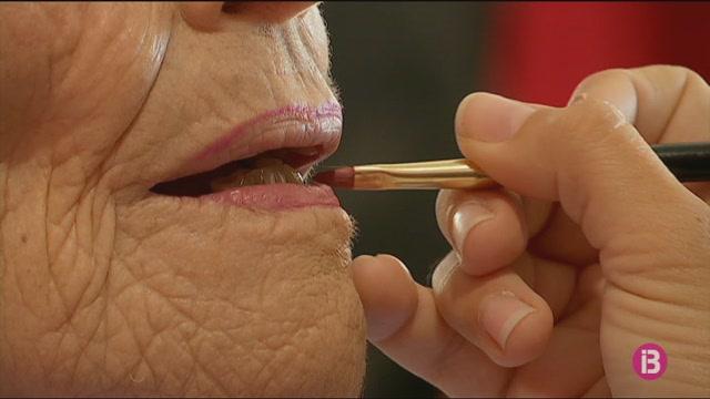 El+maquillatge+com+a+ter%C3%A0pia+per+a+majors+a+l%27hospital+de+Cas+Serres