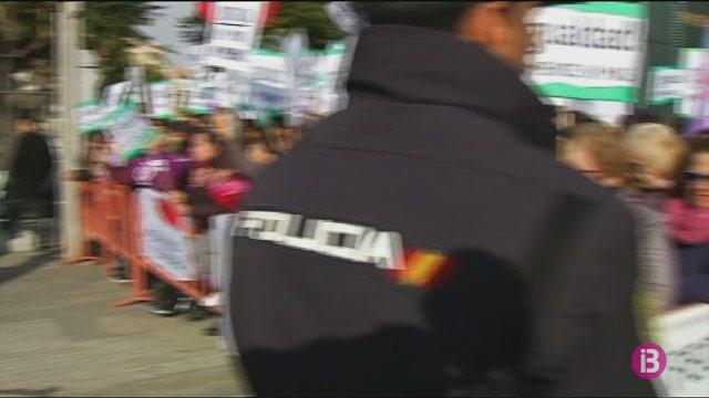 Milers+de+persones+es+mobilitzen+per+rebutjar+el+suport+de+Vox+a+la+investidura+de+Juanma+Moreno